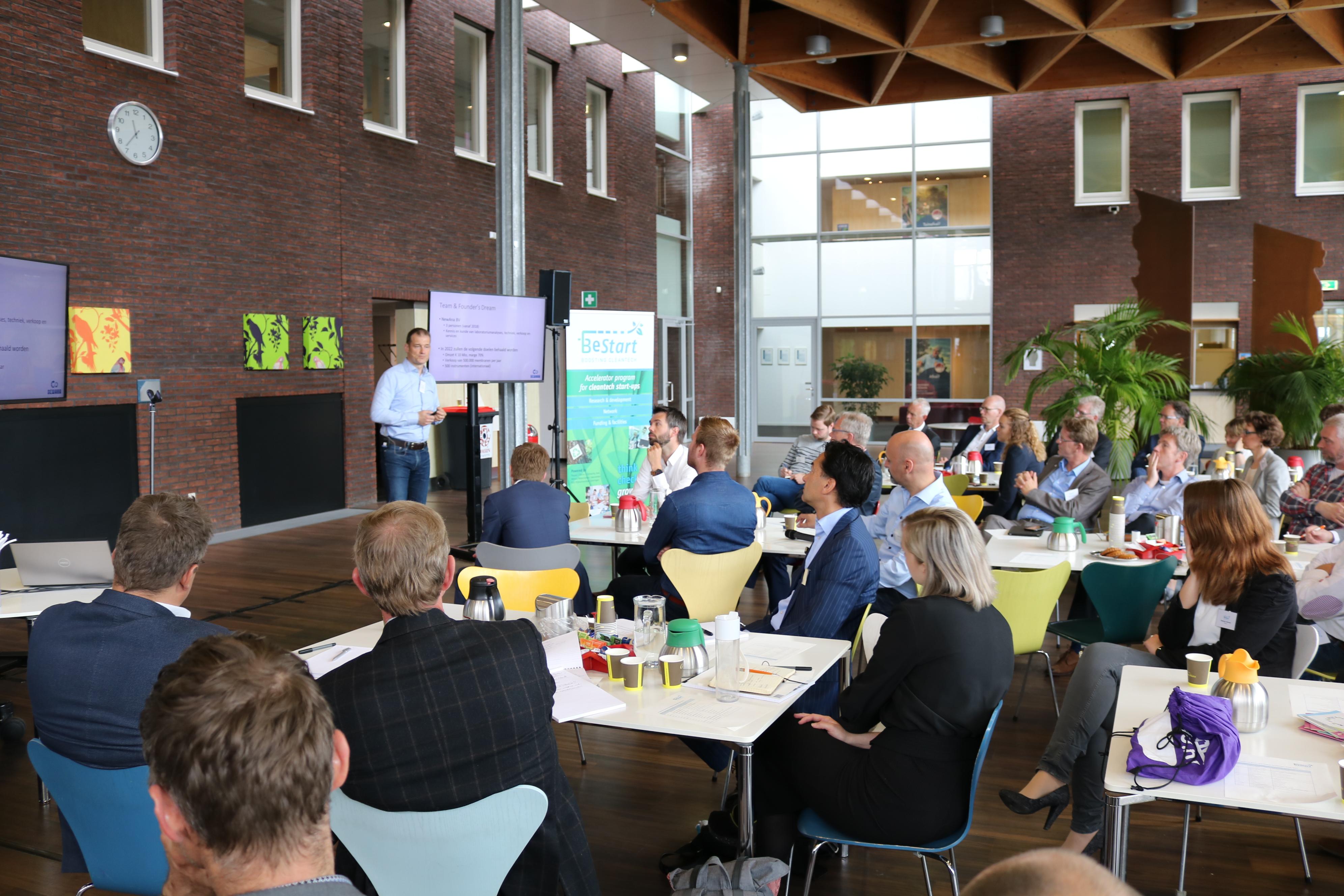 BeStart coach Frans Nauta spreekt aanwezige startups en netwerk toe bij DEMO-Day 2017